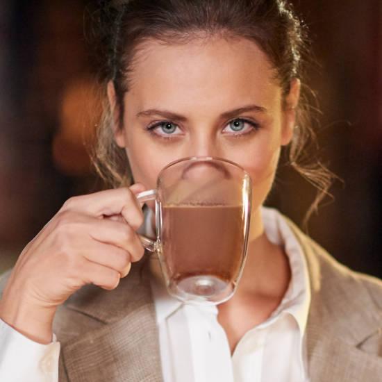 Michelle Jenner con tazón de Valor 100% Cacao Puro Natural